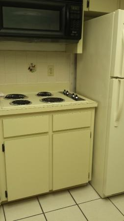 Treasure Shores Beach Club: Kitchen (No Oven)