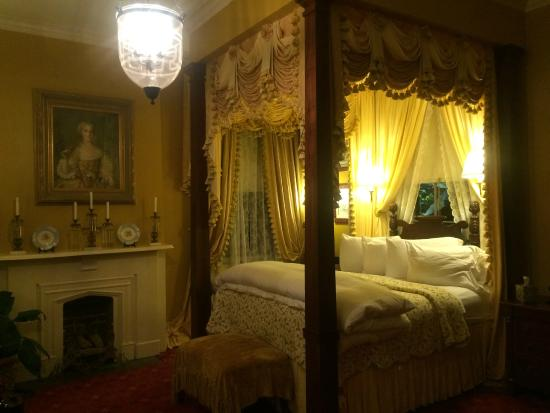 Anchuca Historic Mansion & Inn: Wilson Suite