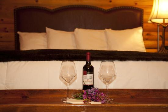 Denali Crow's Nest Cabins: Room made up for honeymooners