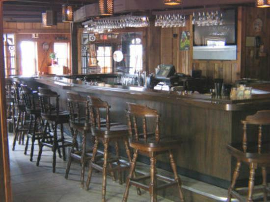 Round Barn Lodge: bar area off of banquet room