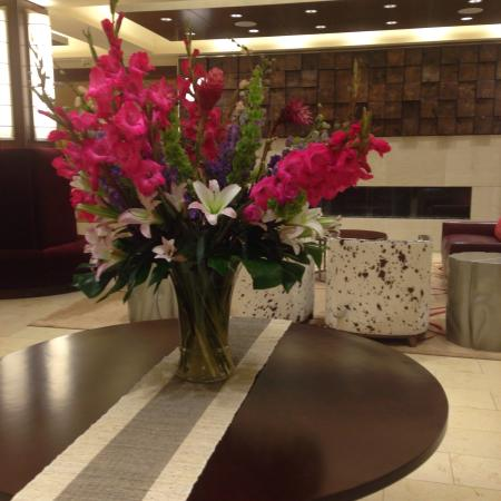 Northern Hotel: Beautiful flower arrangement in the lobby