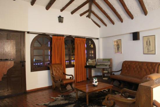 Hotel Cabanas El Porton: sala de TV antigua