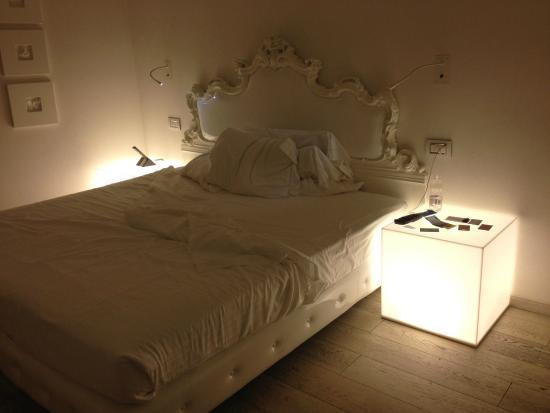 Camera da letto con comodini accesi - Foto di Hotel Home Florence ...