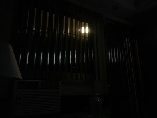 Centroamericano Hotel: Sleeping at night was terrible with this light and without curtains