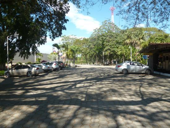 Las Espuelas Hotel: Parqueo vehículos frente al hotel