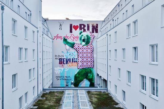 Décoration de la cour intérieure  Picture of Tryp Berlin