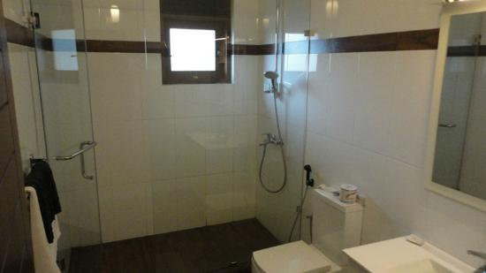Serene Grand Hotel: The bathroom