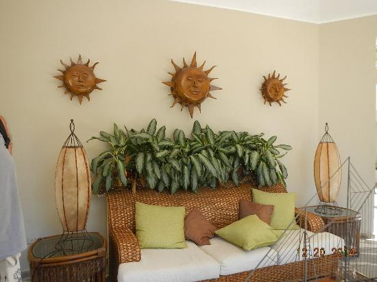 Coconut Palms Resort : open common lounge