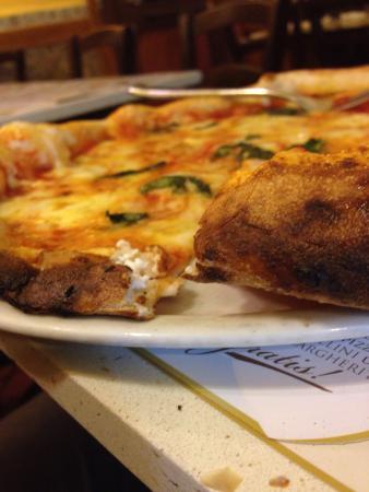 Antica Pizzeria dell'Angelo: Margherita con cornicione ripieno di ricotta