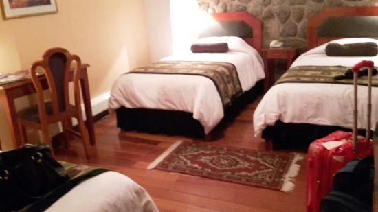 Del Prado Inn: Habitación con tres camas