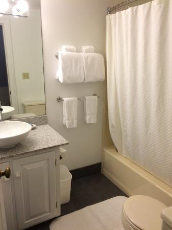 The Breakwater Inn and Spa: Bathroom - Inn building