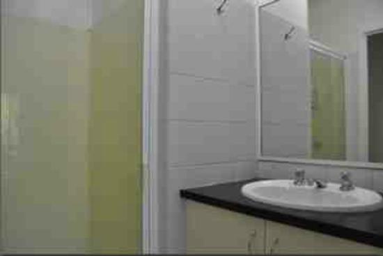 Airlie Beach Motor Lodge: Clean Bathroom