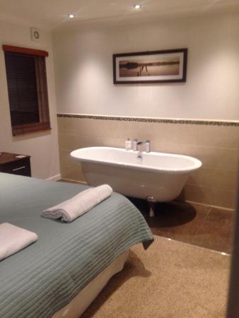 Herons Brook Lodges: Bath in baytree bedroom