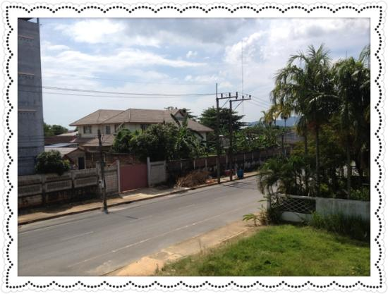 Baan Sasipat Krabi: บริเวณด้านหน้าถนนเข้าออก สะดวก