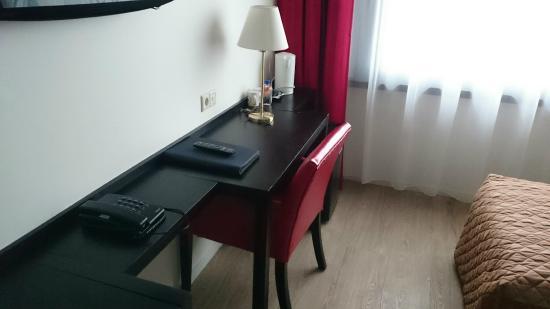 Bastion Hotel Vlaardingen: Two desks