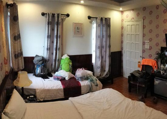 Hong Thien Hotel 1: the room, one king bed and another small bed for the backpacks :)