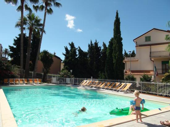 Appartamenti per vacanze in liguria con piscina vista mare per bambini con divertenti gonfiabili - Appartamenti con piscina ...