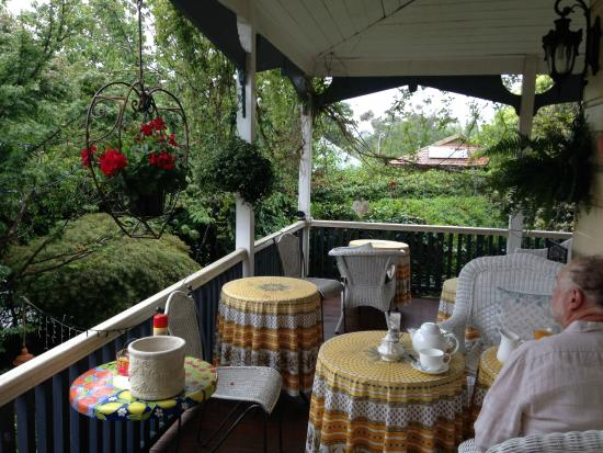 Melba House Boutique Bed & Breakfast: Breakfast on the verandah