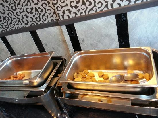 Kenzi Hotel : The tray that is too big for the food