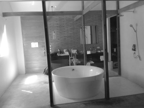 salle de bains avec baignoire immense dans la chambre picture of sala ayutthaya ayutthaya. Black Bedroom Furniture Sets. Home Design Ideas