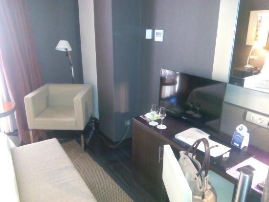 Hotel La Trufa Negra: Interior de la habitación frente a la cama
