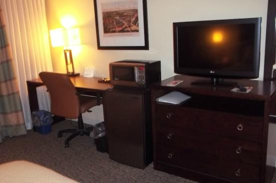 Holiday Inn Forest Park: Microwave and refrigerator help me to save money when I travel. A large work area is important.