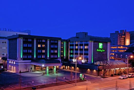 Holiday Inn Johnstown Downtown: Exterior at Night
