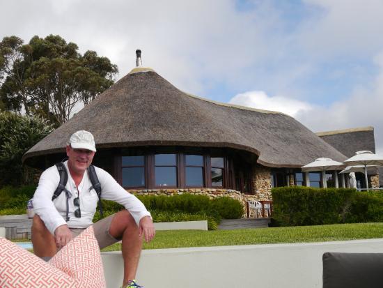 Grootbos Garden Lodge: Sicht vom Pool auf das Restaurant/Rezeption