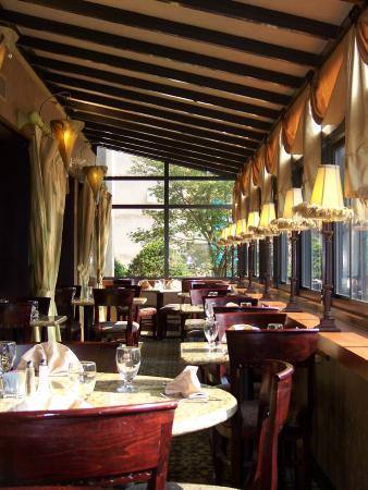 هوليداي إن جونز تاون داون تاون: Restaurant Window Seating