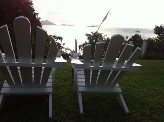 Bogles Round House: Seats in garden