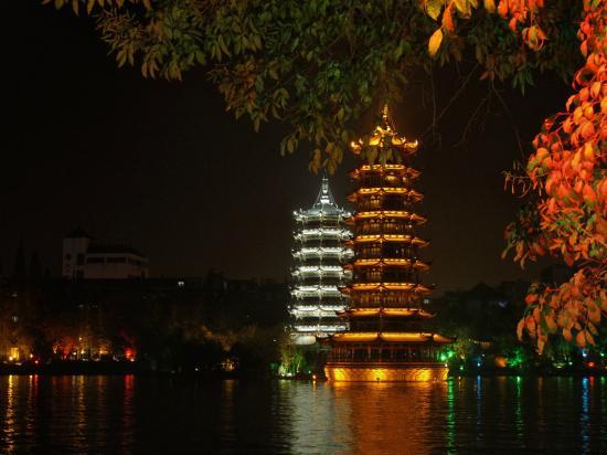 Lijiang Waterfall Hotel: As duas pagodes do lago frente ao hotel
