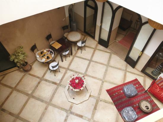 Riad Ghemza: Patio am Tag
