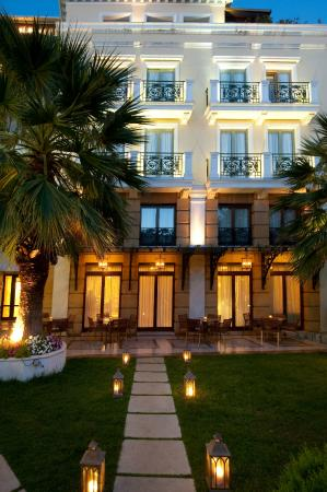 Electra Palace Hotel - Athens: Garden night view