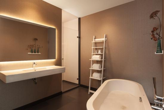 https://media-cdn.tripadvisor.com/media/photo-s/07/38/89/92/van-der-valk-hotel-veenendaal.jpg