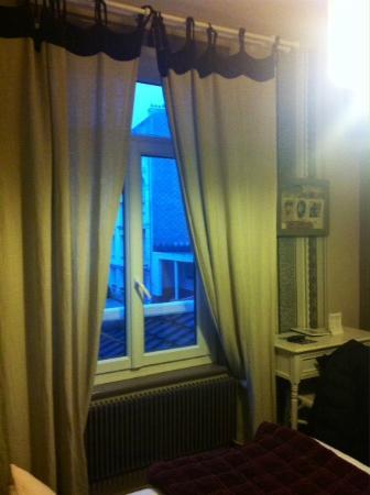 Equinoxe Hotel: Chambre 7 vue de la chambre sur la rue