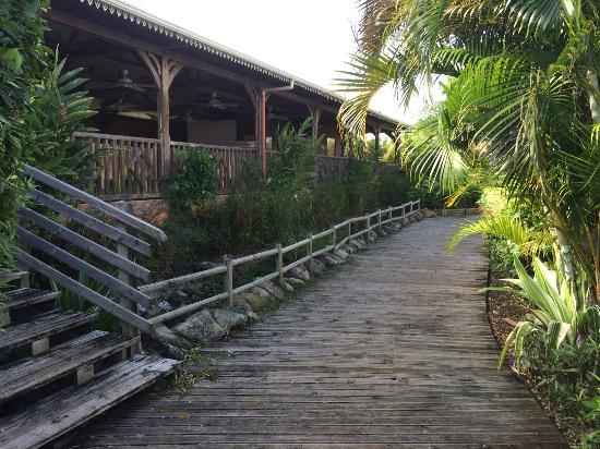 HOTEL CAP MACABOU : Accès entre les zone chambres vers zone piscine et bar/restauration