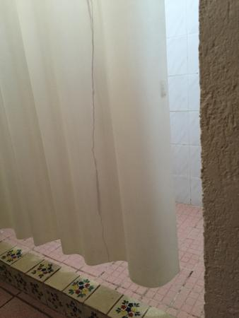Hotel & SPA Posada del Valle : Shower curtain does not reach floor, making whole floor wet after every shower