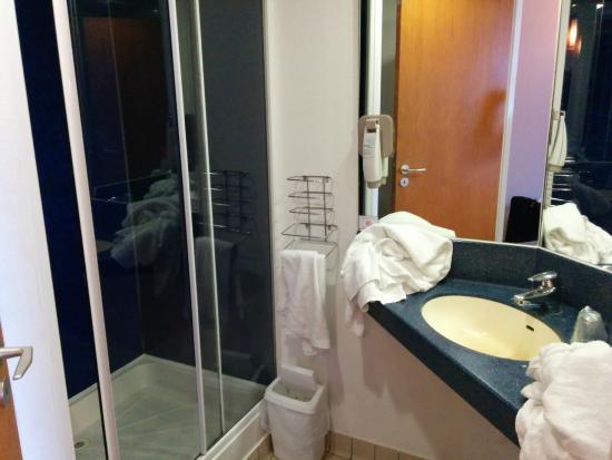 Ibis Dublin: Bathroom