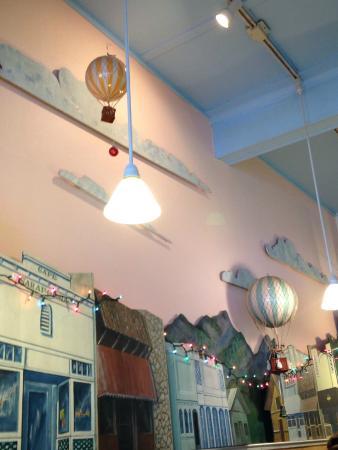 Cafe Sarafornia: Inside the diner...town scene.