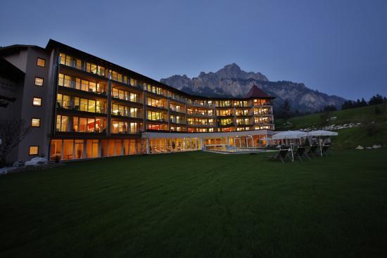 Romantisches Geniesserhotel Laternd'l Hof: Hotelanlage mit Bergkulisse