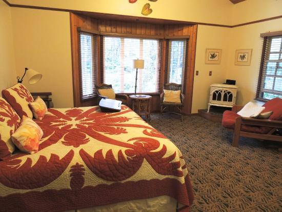 Kilauea Lodge: Cozy room with plenty of space