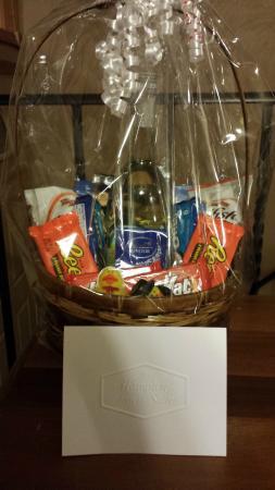 Hampton Inn & Suites Warren: Wedding gift basket