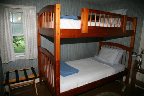 Shaker Meadows Bed and Breakfast: Trillium Room, the little bunk room in the Farmhouse
