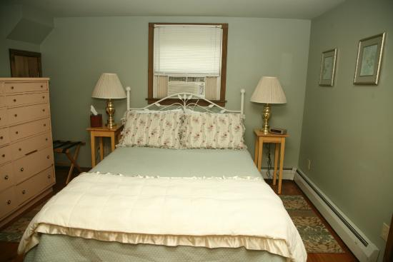 Shaker Meadows Bed and Breakfast: The downstairs bedroom (1 of 2) in the Birch Suite