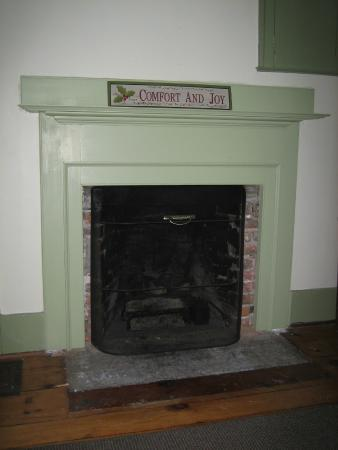 Canaan, Нью-Йорк: Restored fireplace mantel in Farmhouse living room