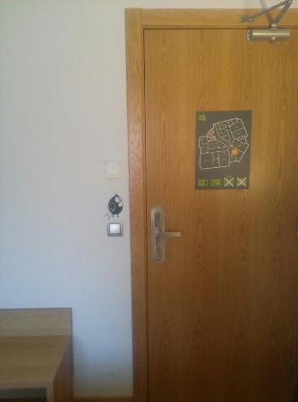 Hotel Margarit: Puerta de la.habitación.