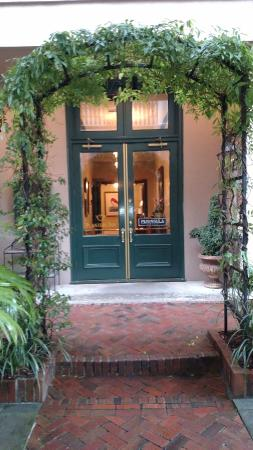 Planters Inn: Entrance to Hotel and Peninsular Grill