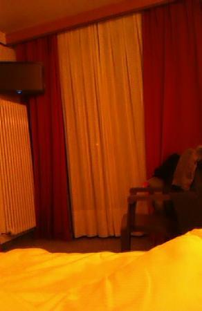 Hotel Residence SantAnton: Вид комнаты ( под телевизором - радиатор)