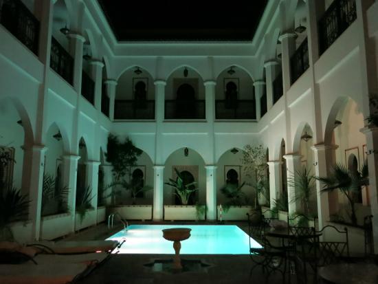 Equity Point Marrakech Hostel : Piscina por la noche