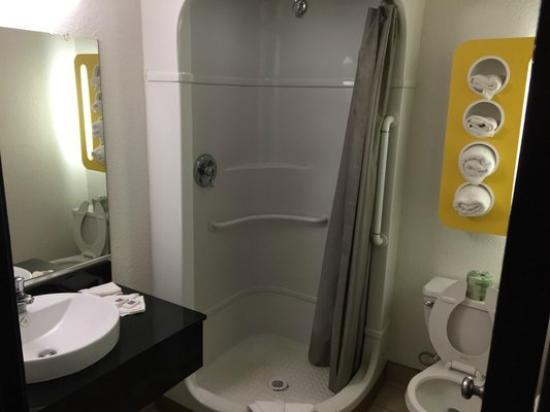 Motel 6 Oroville : Bathroom with surprisingly nice sink/vanity